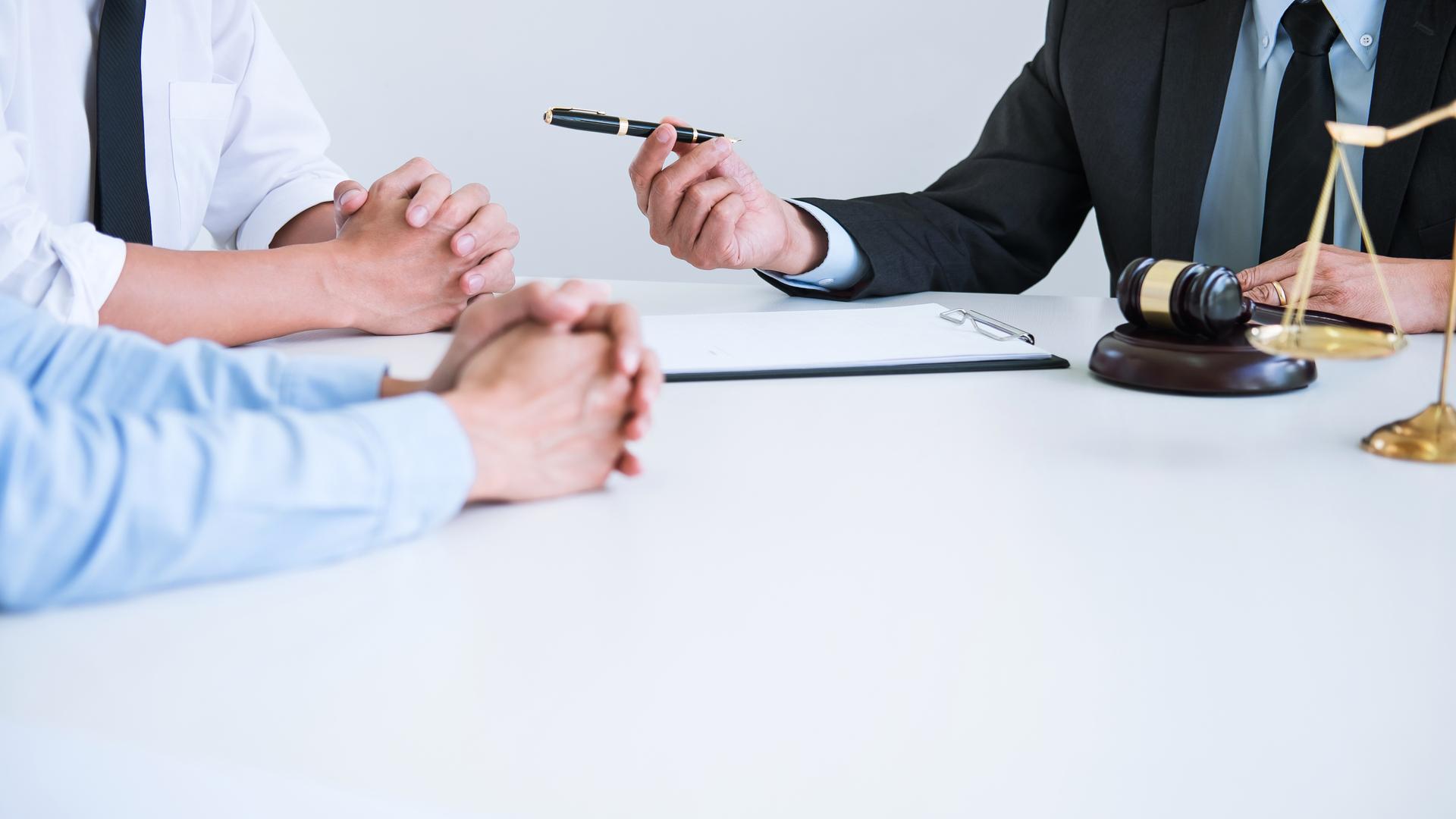 após assinatura do divórcio no cartório de notas, a escritura deve ser levada até o Cartório de Registro Civil para alterar o estado civil das partes